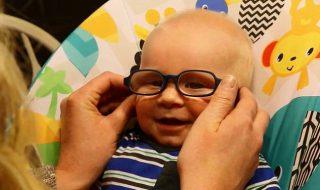 Grâce à ses nouvelles lunettes, ce bébé atteint d'albinisme oculaire voit ses parents pour la première fois !
