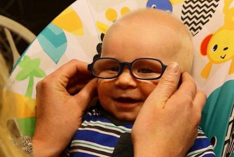 Grâce à ses nouvelles lunettes, ce bébé atteint d'albinisme oculaire ...