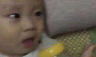 Qu'est-ce qu'a bien pu faire ce papa pour que bébé réagisse comme ça ?