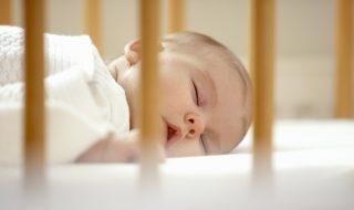 Opération bêtise : regardez ce garçon aider son petit frère à sortir de son lit à barreaux !
