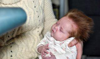 Âgé de seulement 10 semaines, ce bébé a déjà une sacrée tignasse (dont nous sommes jalouses) !