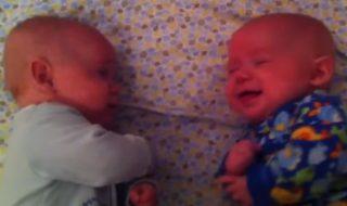 Mais de quoi ces adorables bébés jumeaux peuvent bien parler ?