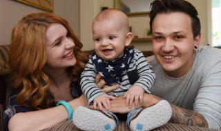 Un bébé atteint d'une maladie rare étonne les médecins par son courage