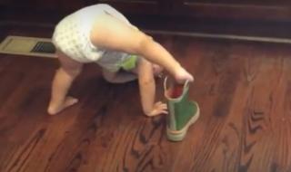Ce bébé a une technique particulière et vraiment bien à lui pour mettre sa botte…