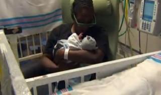 Un bébé naît… dans son sac amniotique