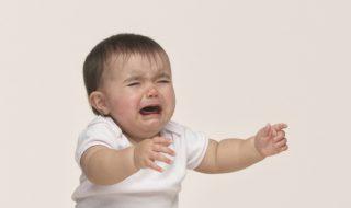 Ce moment déchirant où bébé ne veut pas que tu le laisses à la crèche…