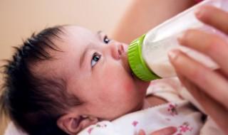 Bébé ne veut plus boire de lait : que dois-je faire ?