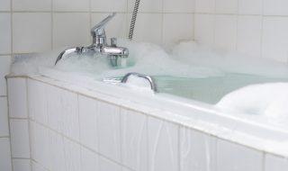 Elle oublie de fermer le robinet de la baignoire, son bébé de 11 mois se noie
