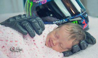 Étreint par les gants de son papa décédé, ce bébé s'illumine d'un merveilleux sourire d'ange