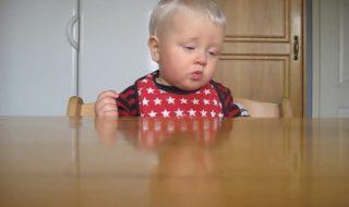 Quand bébé lutte pour ne pas s'endormir en mangeant, ça donne ça !
