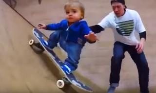 A 13 mois, ce mini pouce est un pro du skateboard