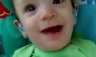 Quel bonheur pour ce bébé né sourd d'entendre enfin la voix de sa maman !