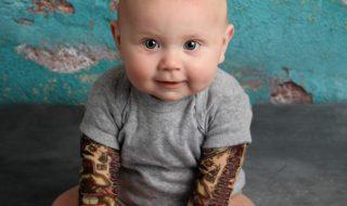 Un bébé tatoué pour coller à la tendance rock, ça donne ça…