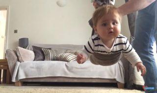Avez-vous déjà vu un bébé voler tel un véritable super-héros ?