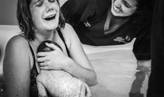 Cette maman et photographe immortalise les moments incroyables de l'accouchement !