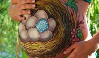 9 futures mamans s'éclatent avec le belly painting pour Pâques