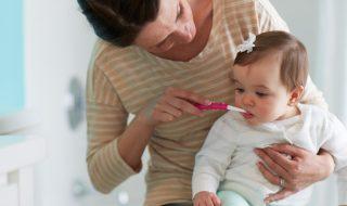 Comment éviter à bébé les caries sur ses dents de lait?