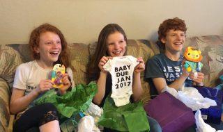 Avec tous ces cadeaux, pensez-vous que ces frères et sœurs comprendront l'annonce de leur maman ?