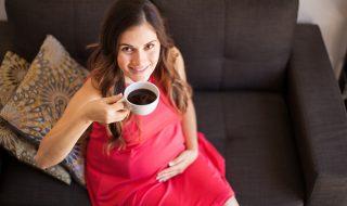 Une consommation excessive de café durant la grossesse aurait un impact sur le poids de bébé