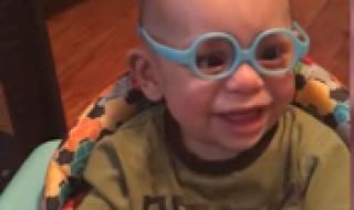 Vous allez craquer devant la réaction de ce bébé qui porte des lunettes pour la première fois
