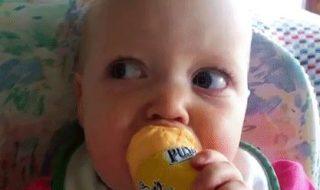 Quand bébé découvre de nouveaux aliments, pas vraiment à son goût…