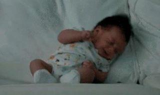 Quand bébé éternue trop fort, c'est renversant !