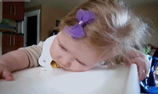 La preuve que même en mangeant bébé arrive à s'endormir…