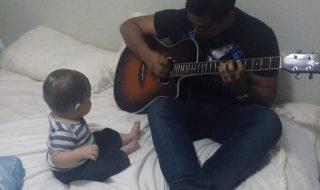 Papa joue de la guitare et cela rend hilare ce bébé, on adore !