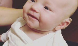 Vidéo : Ce bébé entend la voix de sa maman pour la première fois et c'est un moment incroyable !
