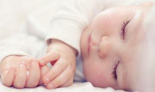 Et si dormir avec bébé pendant ses 6 premiers mois réduisait les risques de mortalité infantile ?