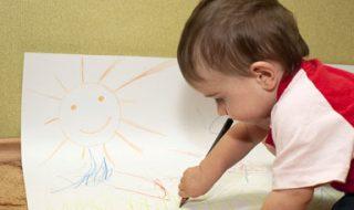 Décrypter les premiers dessins de bébé