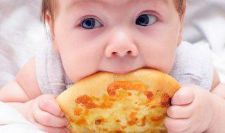 Découvrez la drôle de réaction de cette petite fille lorsqu'elle goûte de la pizza