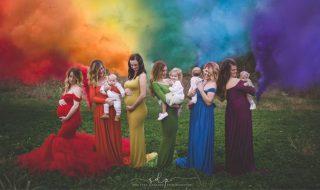 Une photographe célèbre des mamans et leurs bébés «arc-en-ciel» avec un splendide cliché