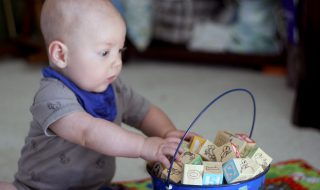 Pourquoi développer le sens du toucher de bébé l'aide à grandir ?