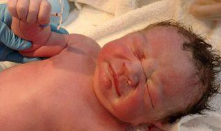 Devinez ce que ce bébé tenait dans sa main en venant au monde ?