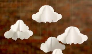 DIY : un mobile de nuages blancs pour la chambre de bébé