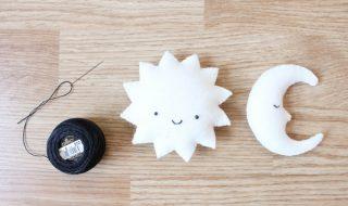 Comment fabriquer un mobile composé de lunes, de soleils et d'étoiles qui virevoltent au-dessus de bébé ?