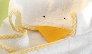 DIY : une robe de bain poussin pour bébé