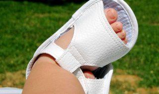 DIY : les adorables sandales qu'il vous faut réaliser pour compléter la tenue d'été de bébé