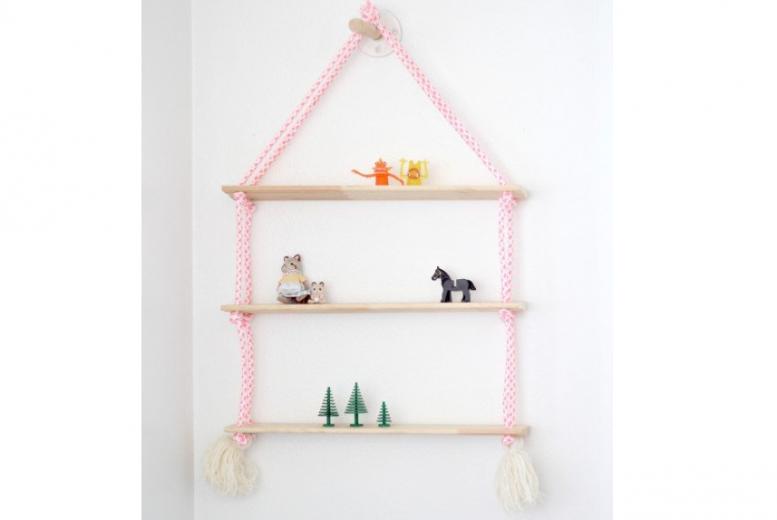 comment fabriquer la parfaite tag re suspendue pour la chambre de b b. Black Bedroom Furniture Sets. Home Design Ideas