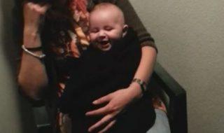 Ce bébé éclate de rire et impossible de l'arrêter !