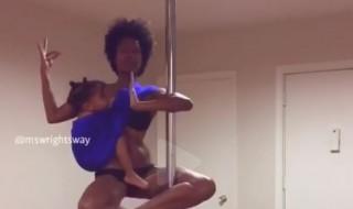 Elle allaite en faisant du pole dance