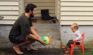 Ce papa réussira-t-il à apprendre à son adorable fille à attraper un ballon ?