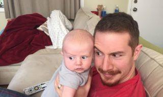 En voilà un bébé au visage drôlement expressif !