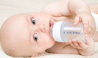 Pourquoi il faut éviter de donner de l'eau à bébé avant 6 mois ?
