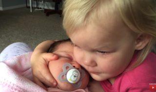 Le meilleur remède contre la mauvaise humeur : faire un câlin à sa petite sœur !