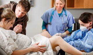 Pendant l'accouchement, tenir la main de son compagnon soulagerait la douleur