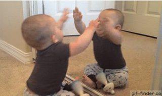 Quand bébé se bat contre son reflet dans le miroir…