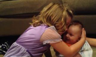 Cette grande sœur ne veut manifestement pas que son petit frère grandisse !