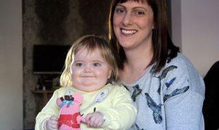 Alertée par une tâche jaune dans l'œil de sa fille de 15 mois cette maman lui a sauvé la vie